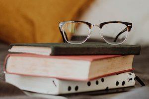 Stos książek i okulary