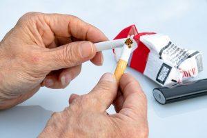 Mężczyzna rzuca palenie