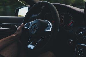Samochód z kierowcą