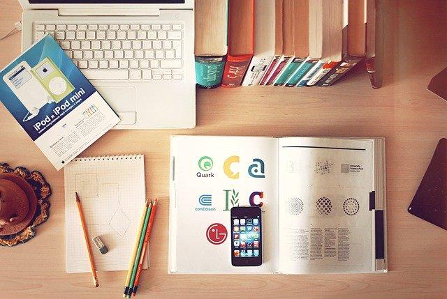 Laptop i książki na biurku