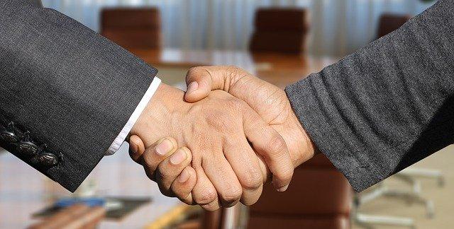 Mężczyźni podają sobie ręce