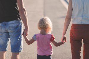 Dziecko między rodzicami
