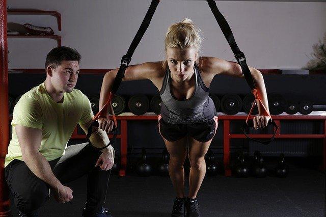 trenująca kobieta z trenerem