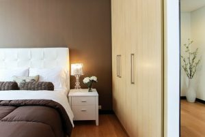 Sypialnia z łóżkiem i szafą